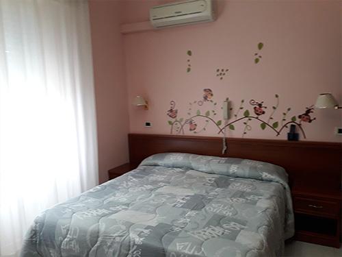 Bilocale: camera matrimoniale con letto aggiunto